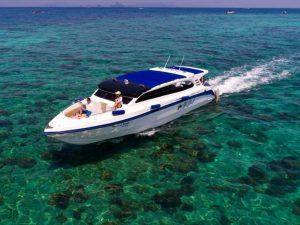 Sonnenaufgang Phi Phi Island mit einem schnelle Speedboat